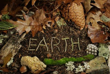 de aarde van de woord geschreven in takken op de grond  Stockfoto