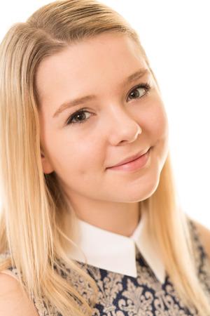 ojos marrones: Retrato de una adolescente rubia hermosa con los ojos marrones aisladas sobre un fondo blanco