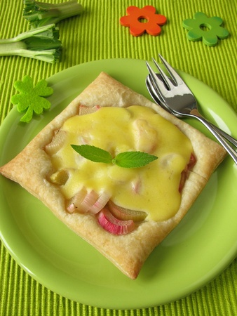 Puff pastry with rhubarb, blancmange and pineapple-scented sage Zdjęcie Seryjne