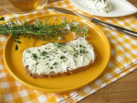 un coucou: Caillebotte Herb avec Coucou fleur sur du pain