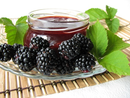 Homemade blackberry jelly and fresh blackberries Stockfoto