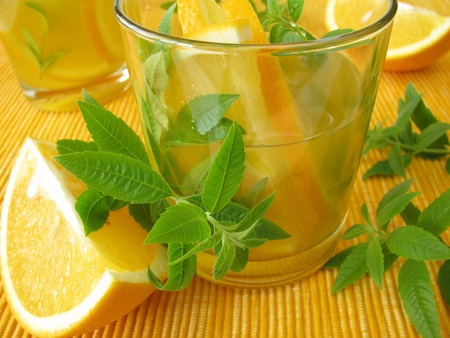 Limonade met sinaasappels en citroenverbena Stockfoto