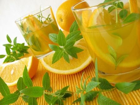 Limonade met sinaasappelen en citroen verbena Stockfoto