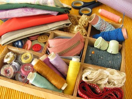 kit de costura: Caja de madera con utensilios de costura de color Foto de archivo