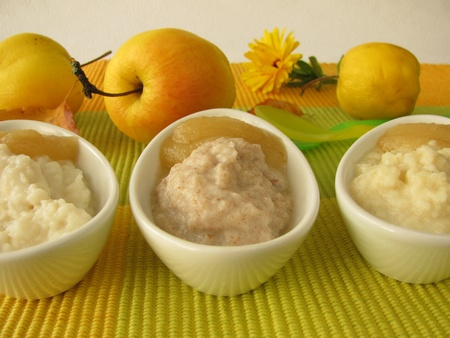 Gierstpap, romige rijst en spelt puree voor baby's en kleine kinderen Stockfoto
