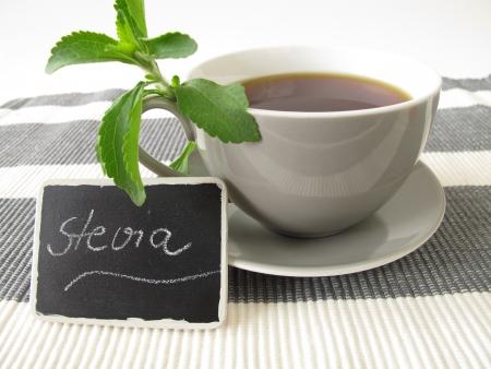 Een kopje zwarte koffie en stevia met typeplaatje Stockfoto