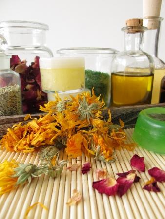 Ingrediënten en de werktuigen voor zelfgemaakte cosmetica