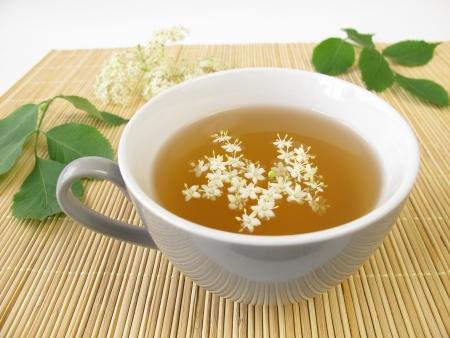 wei�er tee: Wei�er Tee mit Holunderbl�ten