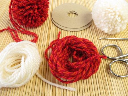 Het maken van kleine pompons