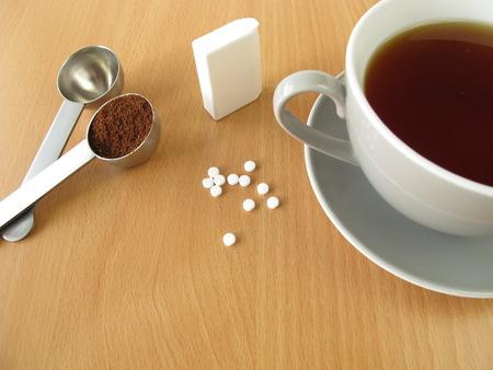 Zwarte koffie met zoetstof tabletten Stockfoto