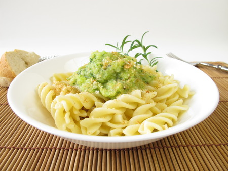 breadcrumbs: Pasta with zucchini sauce and breadcrumbs