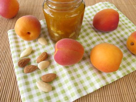 marillenmarmelade: Hausgemachte Marillenmarmelade mit Mandeln