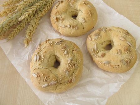 semillas de girasol: Bagels con semillas de sésamo y de girasol Foto de archivo