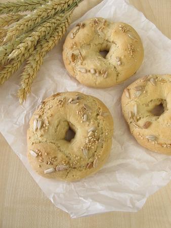 semillas de girasol: Bagels con semillas de s�samo y de girasol Foto de archivo