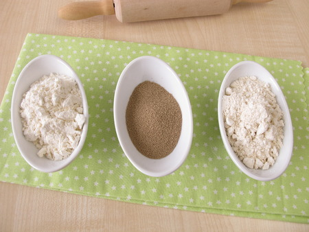levure: Flour and dry bakers yeast Banque d'images
