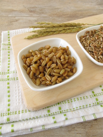 wheat kernel: Raw and cocked green spelt and spelt ears
