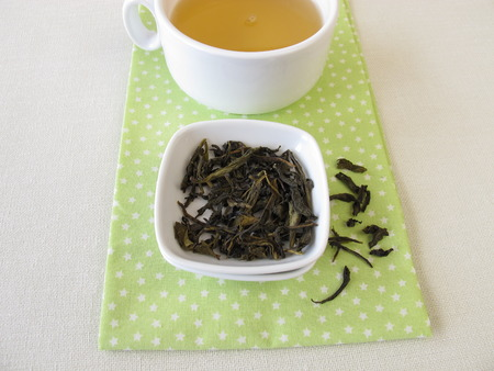 wei�er tee: Lose ceylon k�nigliche Silber wei�er Tee und eine Tasse Tee Lizenzfreie Bilder