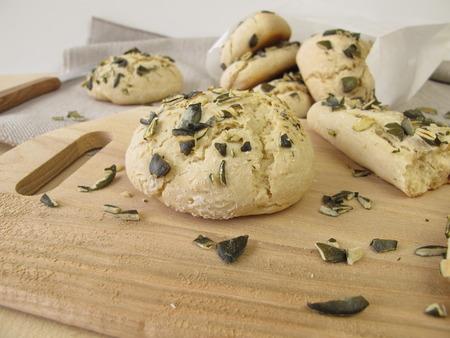 breadsticks: Rolls y palitos de pan con semillas de calabaza Foto de archivo
