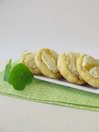 cream cheese: Small cakes with cream cheese and asparagus