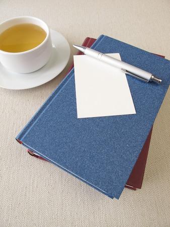 hoja en blanco: Libros, hoja de papel en blanco y una taza de té