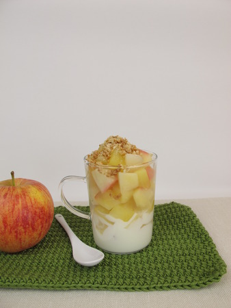 brittle: Crumble mug cake with apple, yogurt, cookie crumbs and almond brittle