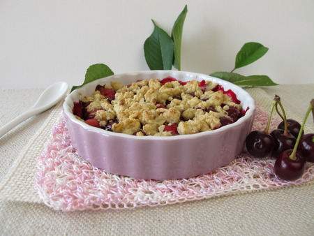 to crumble: Sour cherry crumble