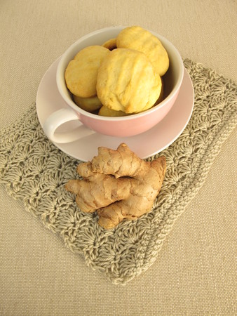 galletas de jengibre: Cup full with ginger cookies Foto de archivo