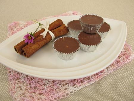 trufas de chocolate: Homemade chocolate truffles with cinnamon