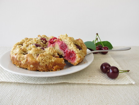 to crumble: Crumble cake with sour cherries