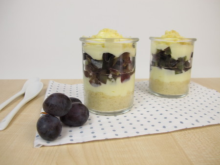trifle: Trifle with vanilla yogurt, red grapes and Crumbles