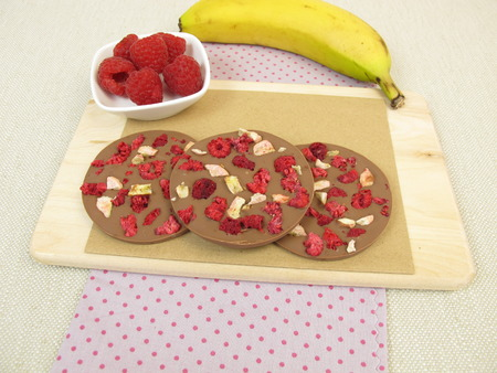 thaler: Homemade chocolate coins with raspberry and banana