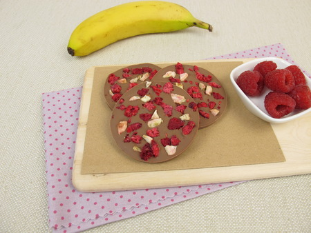 thaler: Homemade chocolate coins with raspberry and banana