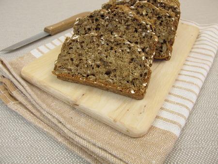 semillas de girasol: Pan negro con semillas de lino y las semillas de girasol Foto de archivo
