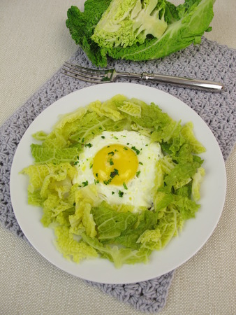 savoy cabbage: Savoy cabbage with fried egg