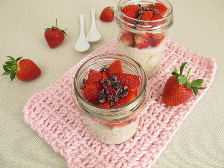 overnight: Overnight Oats with strawberries and cocoa nibs Stock Photo