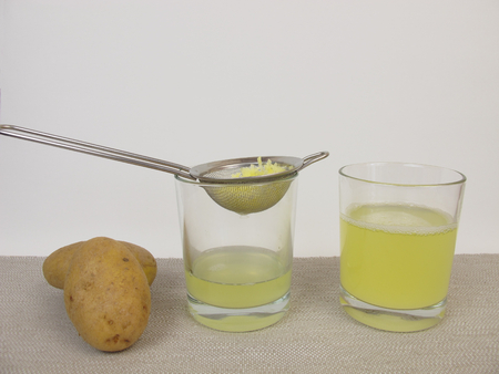 Freshly pressed raw potato juice Stockfoto