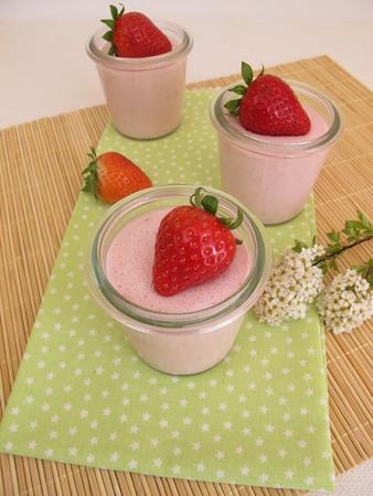 gelatina: Postre de la fresa con fresas frescas y gelatina