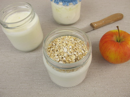 avena en hojuelas: Yogurt in jars from yogurt maker with rolled oats Foto de archivo