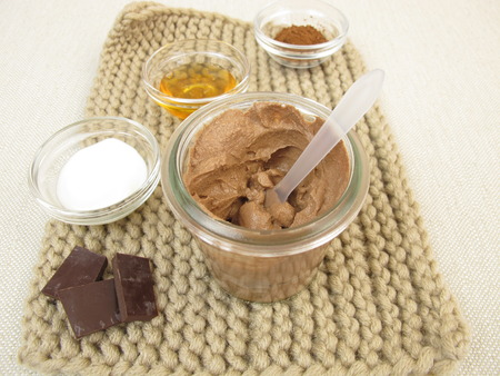 chocolate mask: Homemade chocolate mask with yogurt and honey