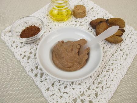 chocolate mask: Homemade chocolate mask with almond oil