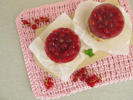 crust: Red currant cake with cookie crumbs crust without baking