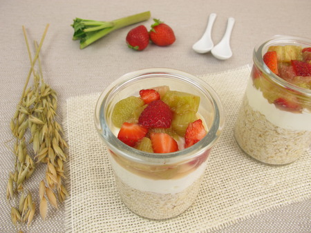 overnight: Overnight Oats with quark, rhubarb and strawberries