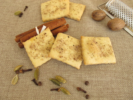 allspice: Salty crackers with coffee, cinnamon, cardamom, nutmeg, cloves and allspice