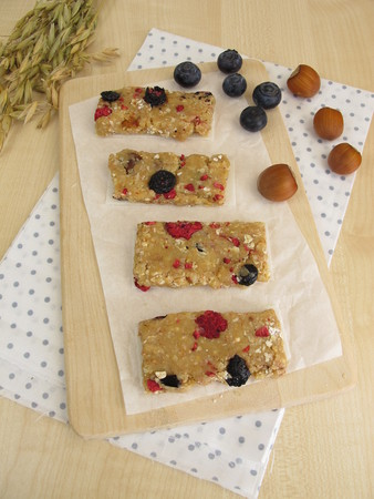 frutos secos: Homemade fruit bars with dried fruits, oatmeal, nuts and coconut Foto de archivo