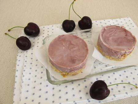crumbs: No bake cherry cake with cookie crumbs crust Stock Photo
