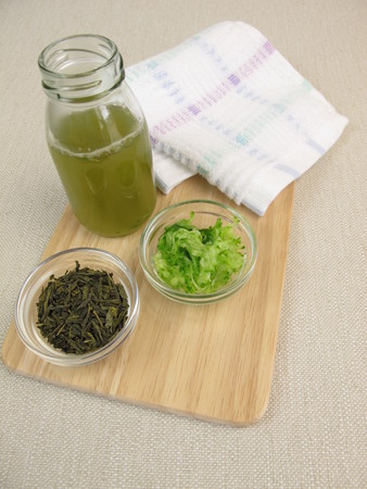impure: Homemade facial toner with green tea and cucumber against impure and dry skin