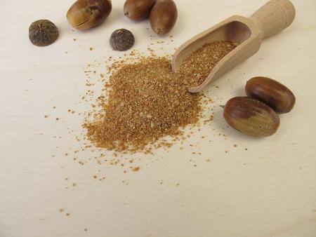 Harina de bellota y bellotas en una tabla de madera Foto de archivo