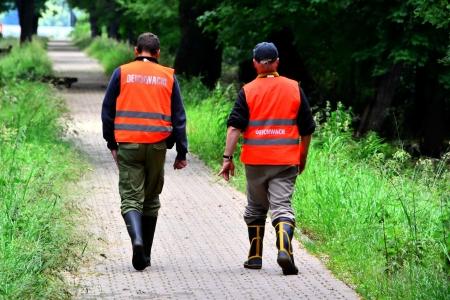 Helfer auf dem Deich bei Hochwasser in Magdeburg Lizenzfreie Bilder