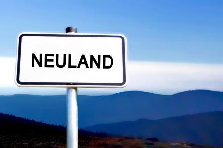 ein: ein Schild mit der Aufschrift Neuland