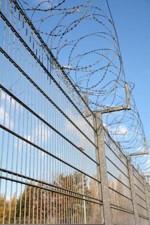 ein hoher Zaun mit Stacheldraht